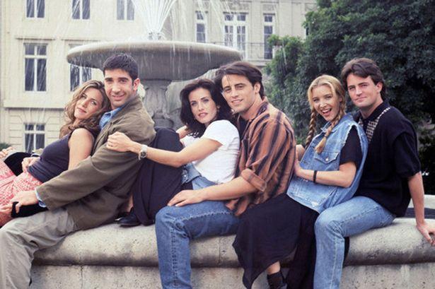 Foto dos seis protagonistas de Friends sentados na beirada de uma fonte de mármore; eles estão alinhados com as costas apoiadas no peito da pessoa que está atrás; em ordem: Rachel, Ross, Monica, Joey, Phoebe e Chandler