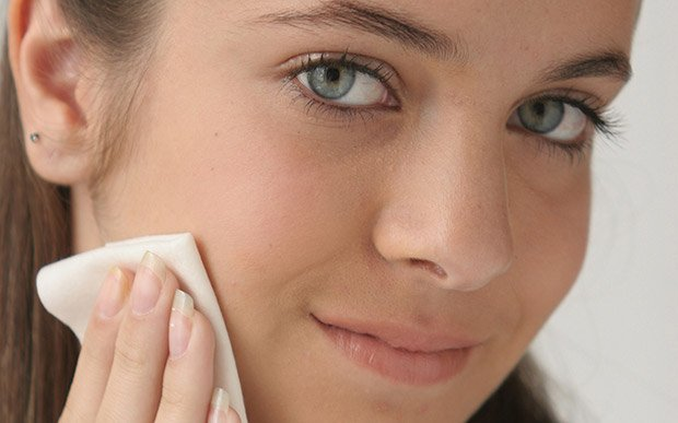 garota limpando pele