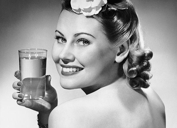 garota-segurando-copo-agua