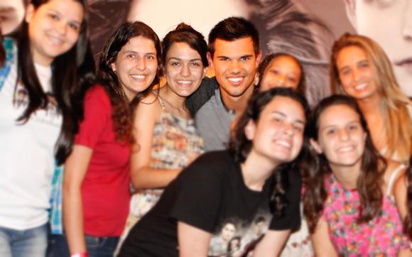 Taylor Lautner com fãs no Rio de Janeiro