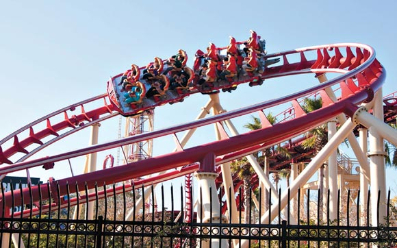 Uma montanha-russa radical, onde você ainda pode escolher a música que quer ouvir enquanto passa por seus loopings, quedas e viradas. A Hollywood Rip Ride Rockit fica no parque Universal Studios, no Universal Orlando Resort, em Orlando.