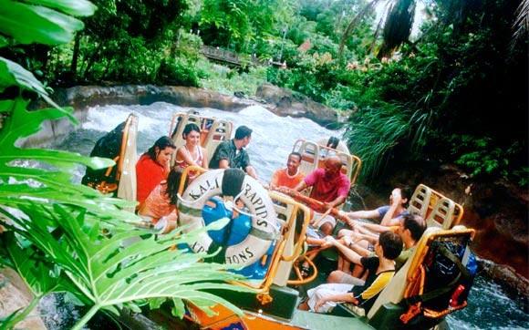 As florestas da Ásia são o cenário para este passeio de bote no rio Chakranadi River. Se prepare para se molhar!