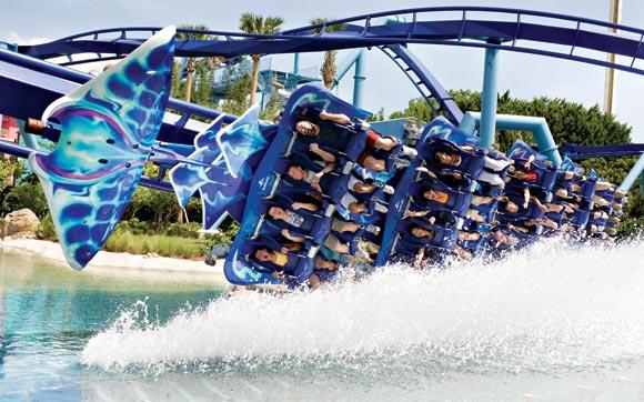 A montanha-russa Manta te leva pelos loopings e curvas como se você fosse uma arraia: deitado. Fica no parque SeaWorld, em Orlando.