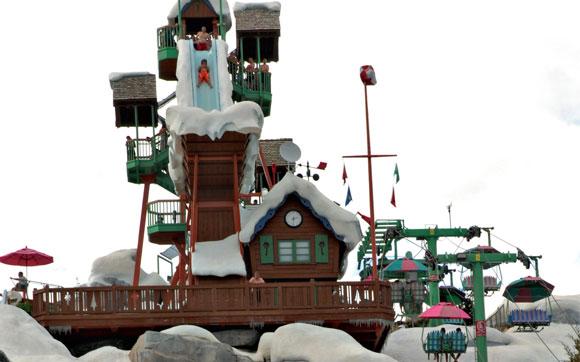 A adrenalina manda em Summit Plummet: um enorme escorregador individual, de onde você cai praticamente em queda livre. Fica no parque Blizzard Beach, em Orlando.