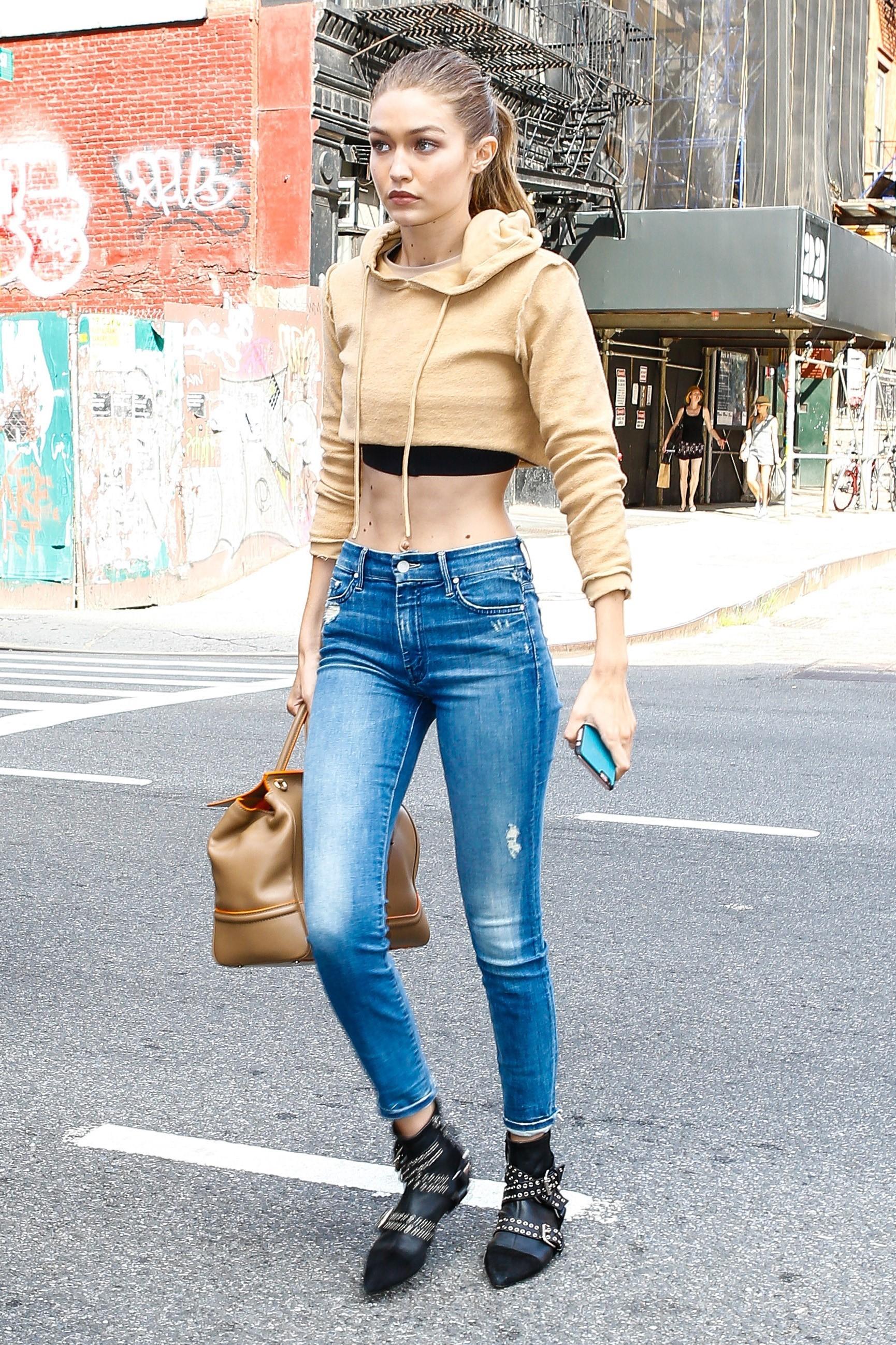 Look do dia: moletom cropped é nova aposta fashion de Gigi