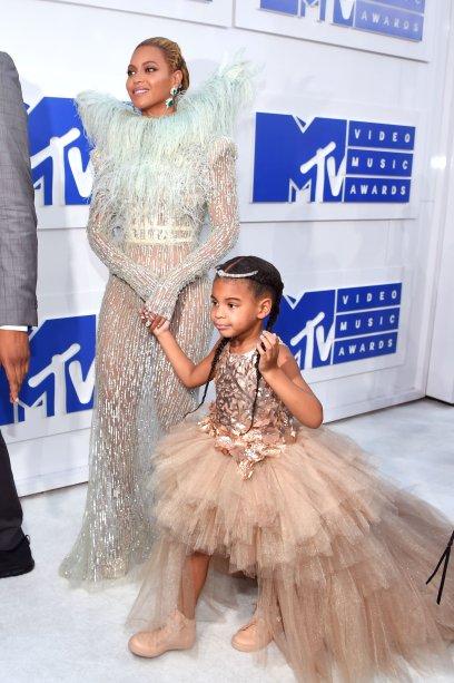 Que dupla! Queen B ao lado da mini diva Blue Ivy. A gente queria ter no armário esses vestidos perfeitos que elas usaram no VMA.