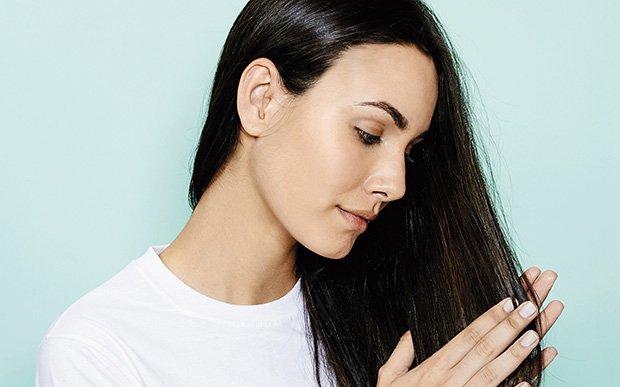 garota passando a mao no cabelo
