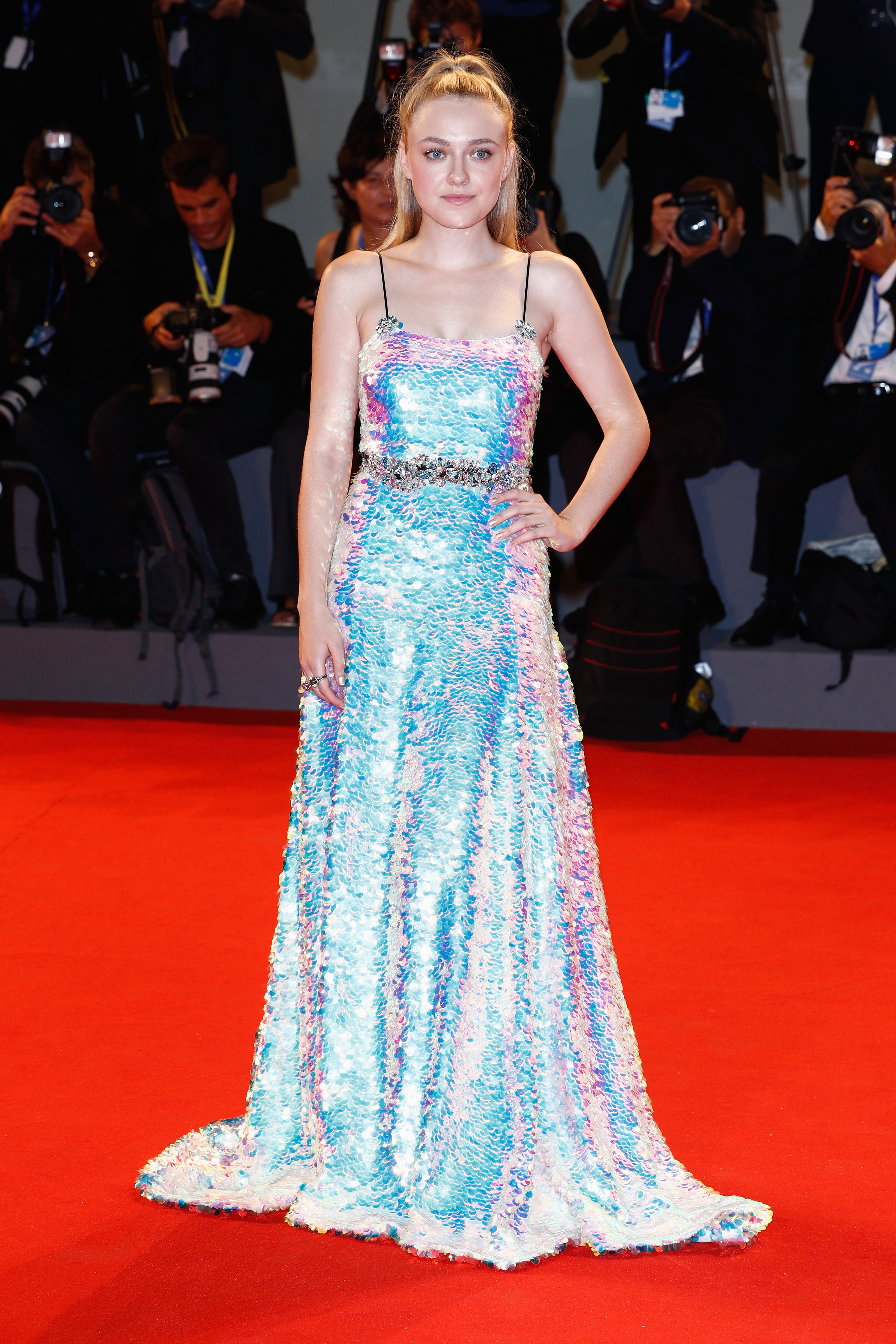 Dakota Fanning usa vestido longo holográfico