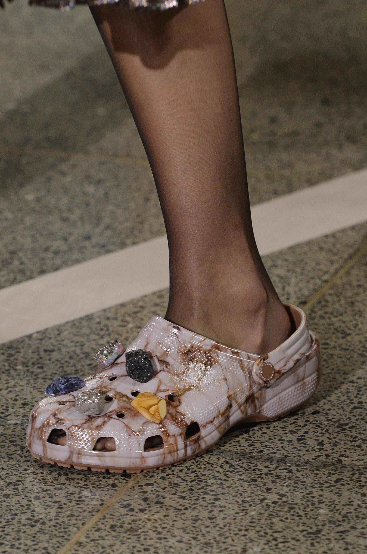 Os sapatos polêmicos ganharam versões fashionistas, com estampa de mármore por exemplo. Foto: