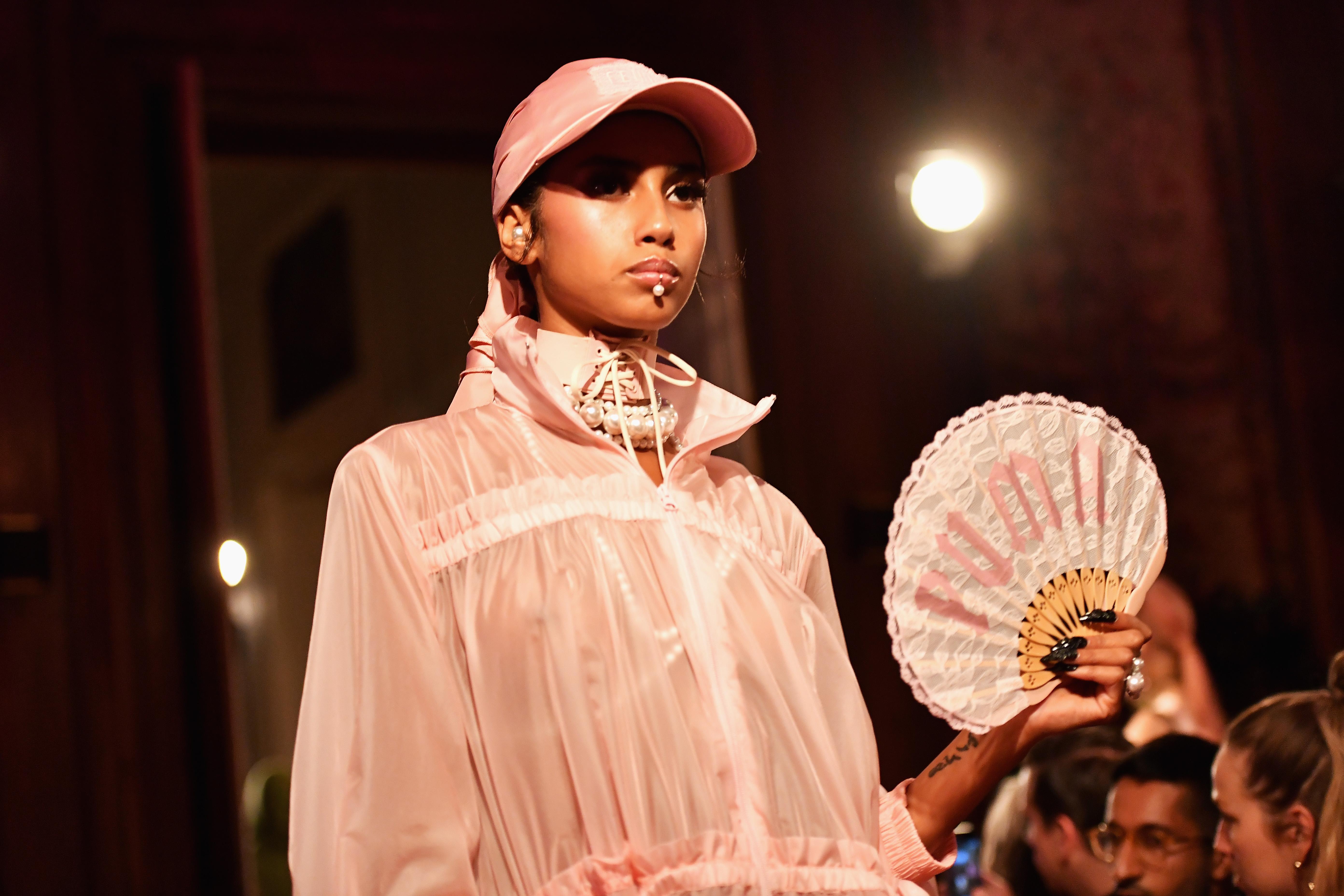 No desfile da FentyXPuma, piercing de boca chamou a atenção das fashionistas! Foto: