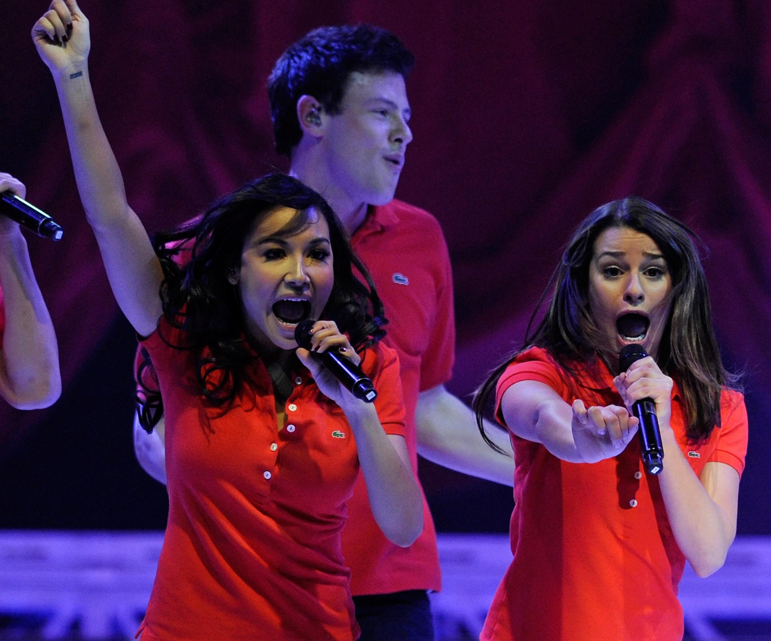 Naya Rivera e Lea Michele cantando durante turnê de Glee