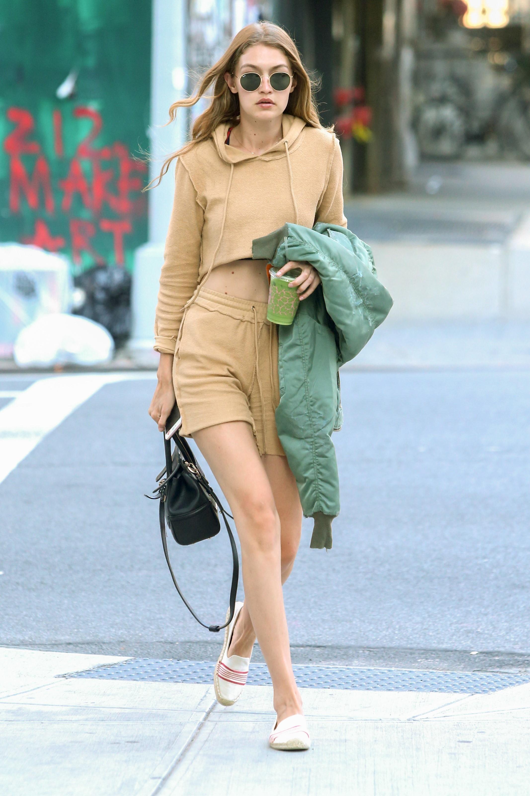 Look do dia: Gigi Hadid fica fashion em conjuntinho de