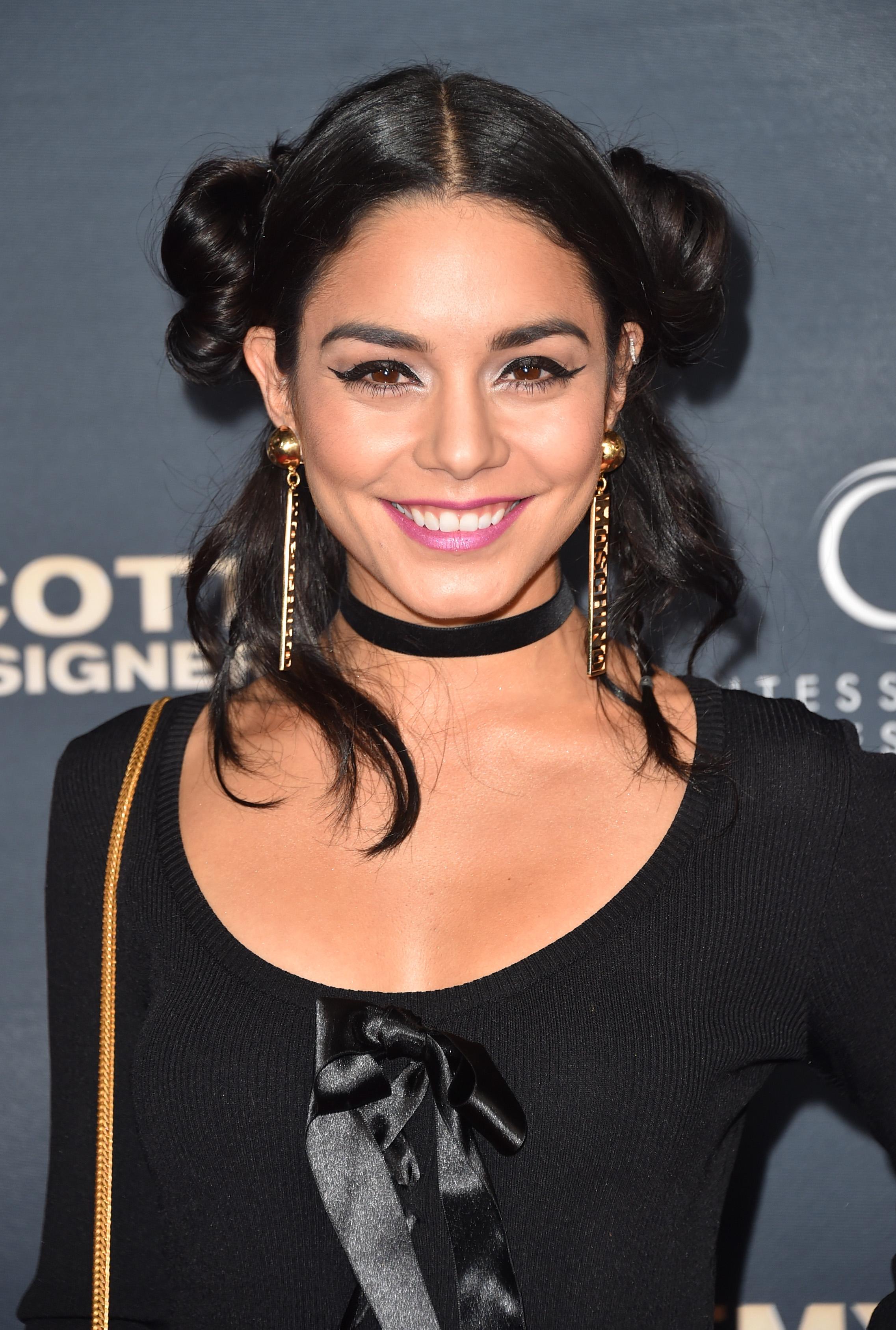 Vanessa Hudgens está fofíssima com o look, né? (Getty Images)