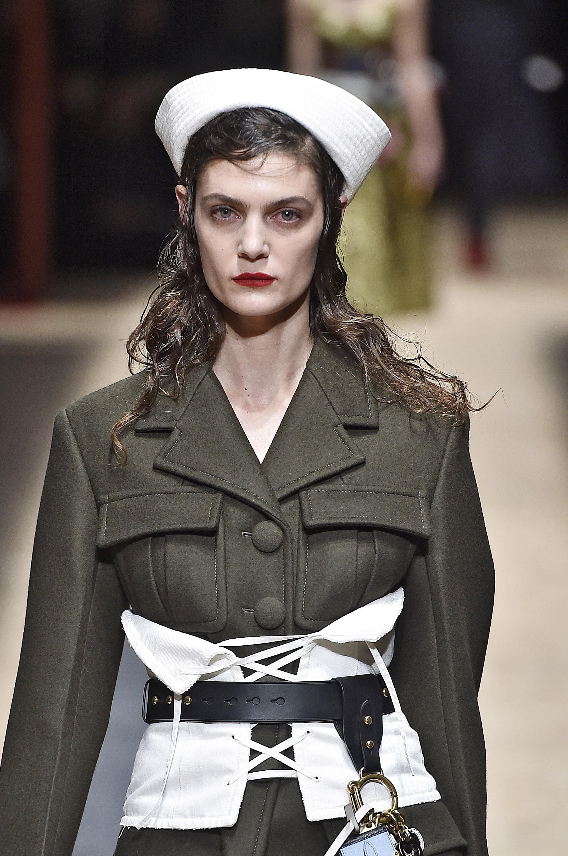 Modelos da Prada também apareceram na passarela com o corset. Foto: