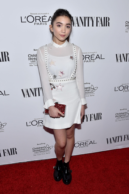 Para deixar o look mais moderno, Rowan combinou vestido ladylike com bota pesadinha. Foto: