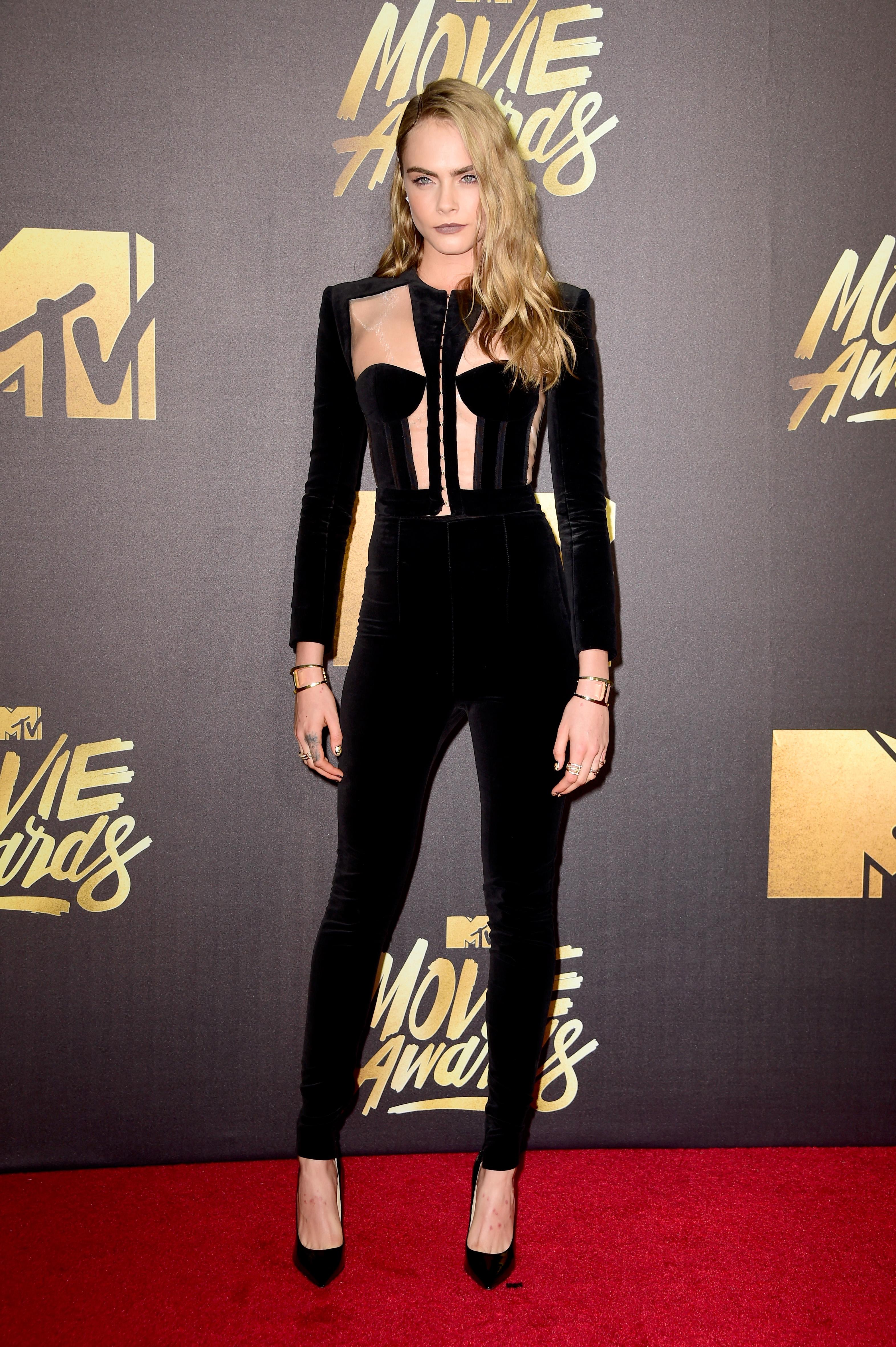 Cara Delevingne também já usou look com elementos do corset. Foto: