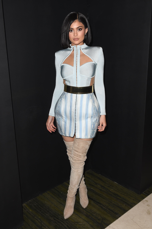 Kylie Jenner já apareceu em vestidinho inspirado na tendência. Foto: