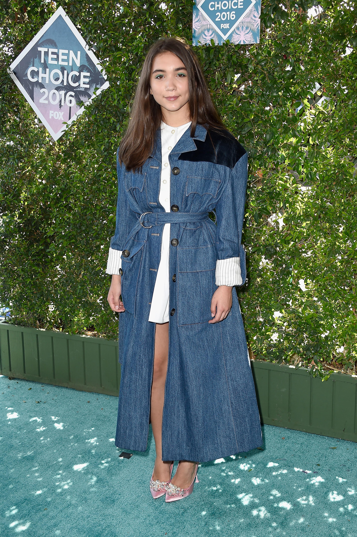 Rola também adicionar uma jaqueta jeans em look de tapete vermelho. Foto: