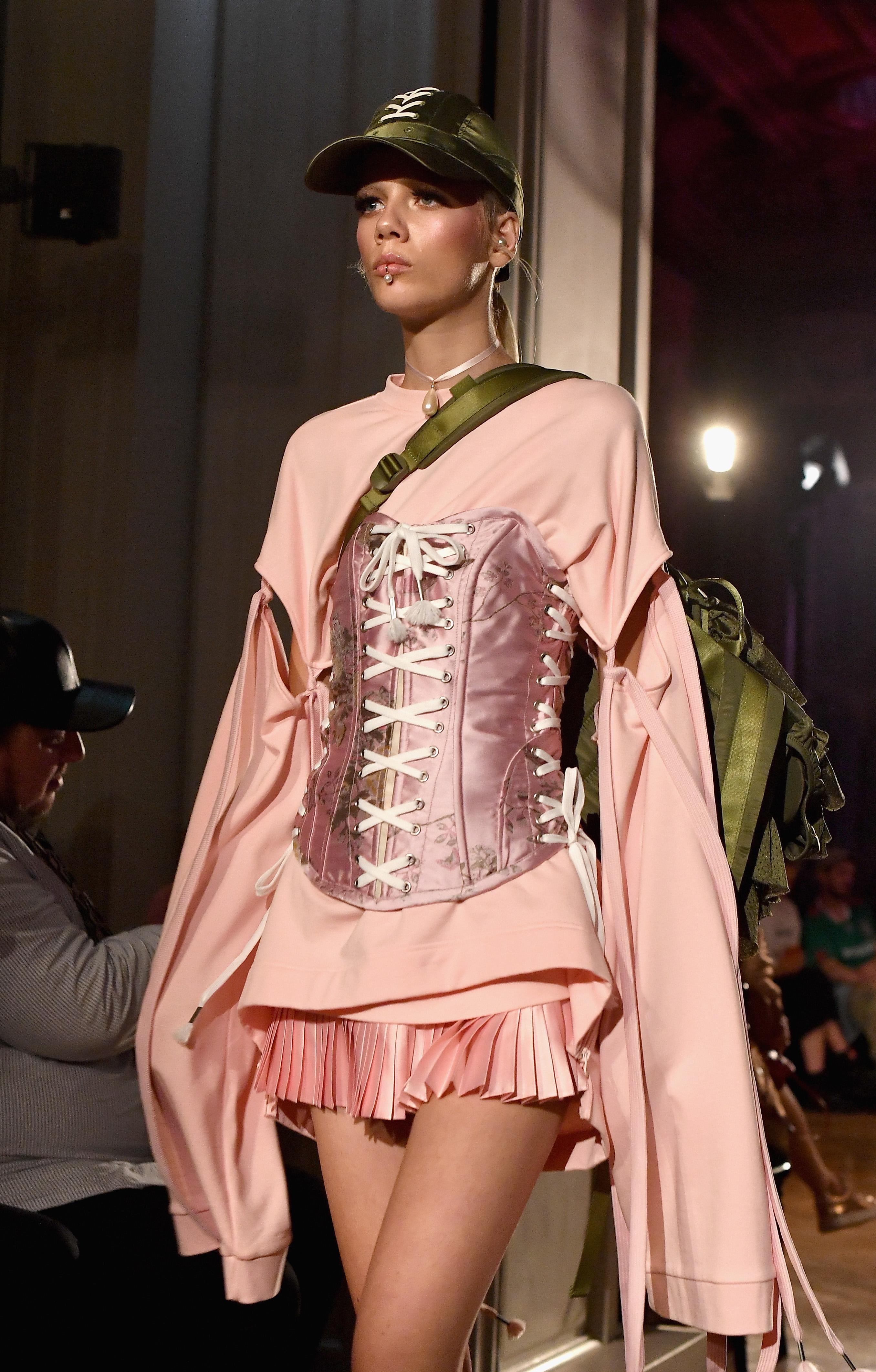 O corset apareceu com força na nova coleção da Fenty x Puma. Foto: