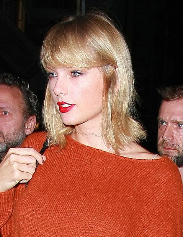 Taylor apostou em flash tattoo douradinha no pescoço! Foto: