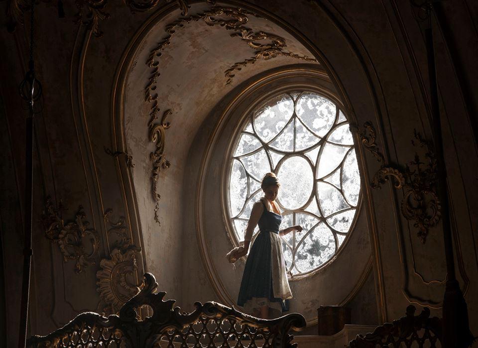 Bela observa o salão principal do castelo (Foto: Divulgação/Disney)