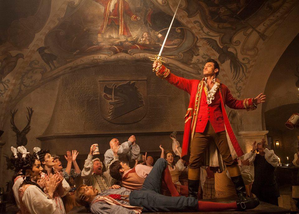 Gaston é o centro das atenções na taverna (Foto: Divulgação/Disney)