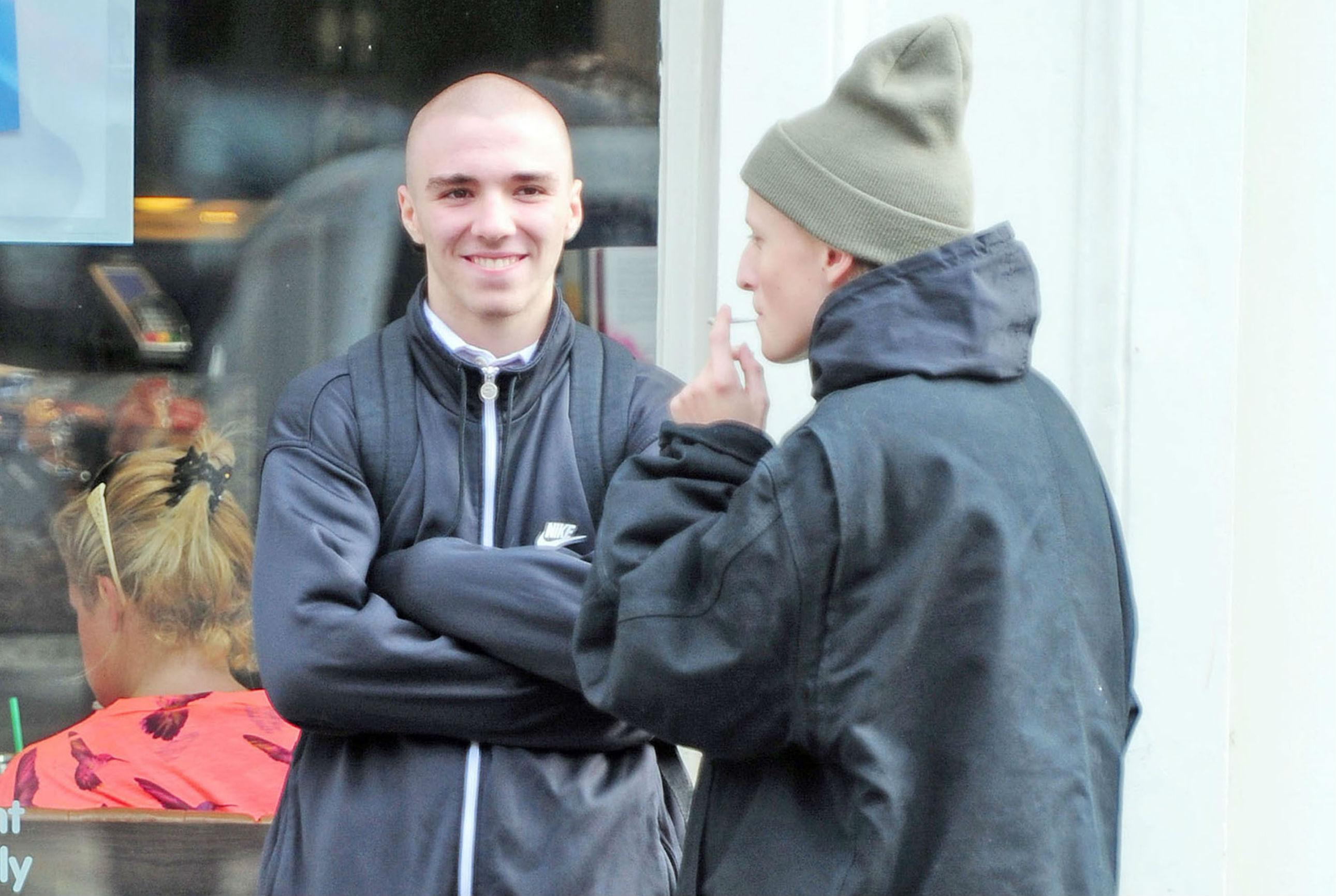 Rocco (de cabelo raspado) conversa com amigo em Londres (Foto: AKM-GSI)