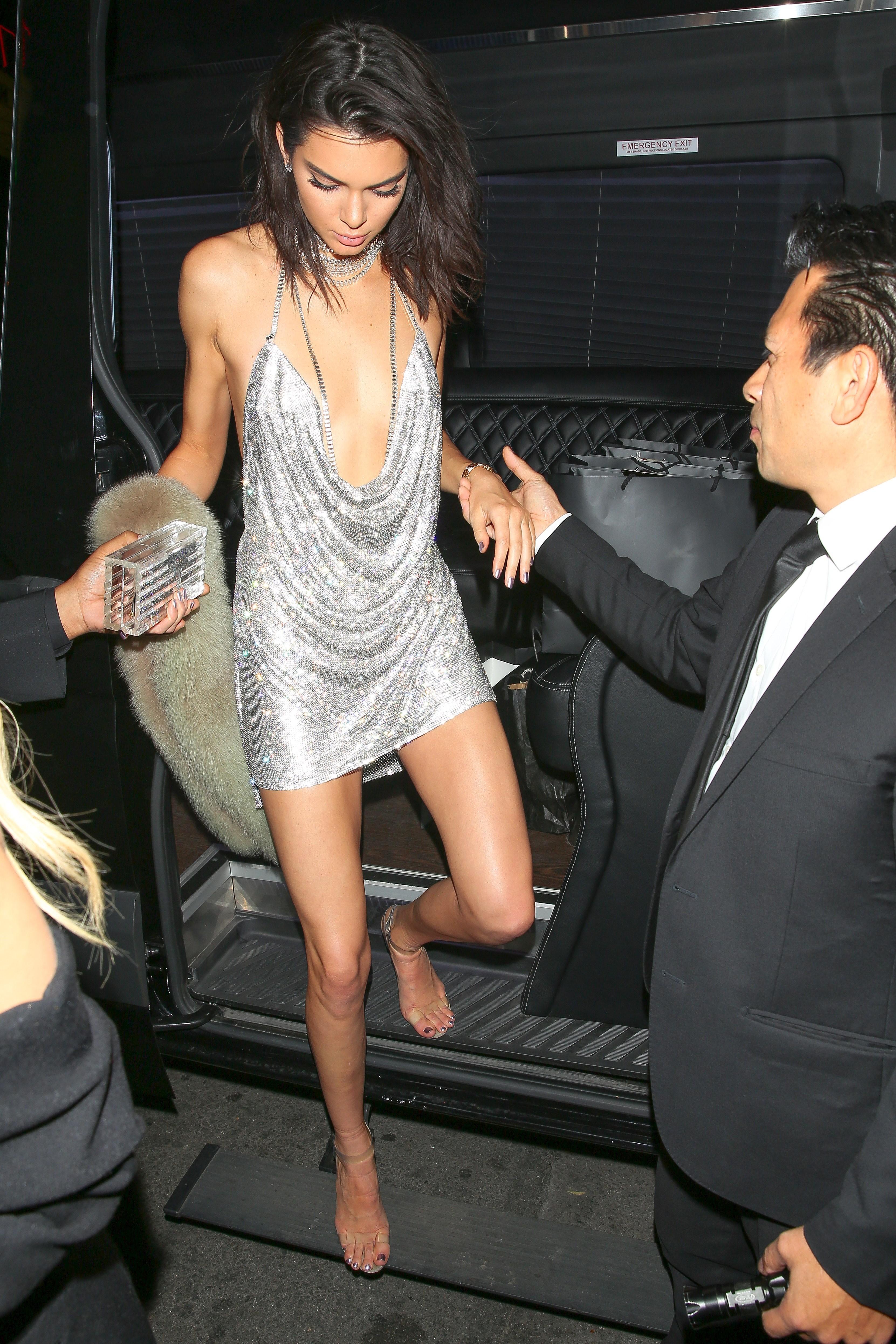 Kendall lacrou em vestidinho de brilhos. Foto: