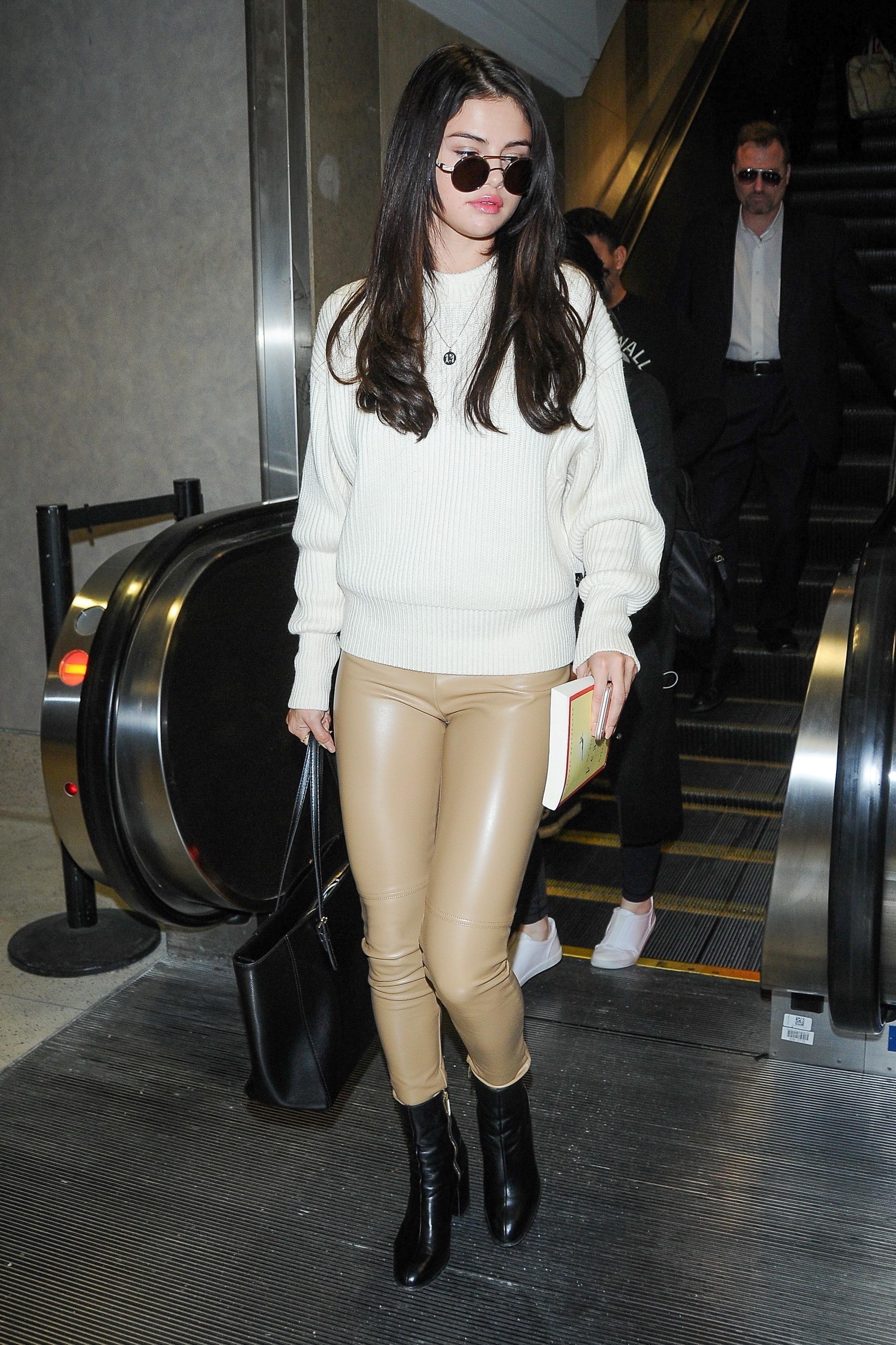 Selena Gomez trocou a calça por uma versão nude.