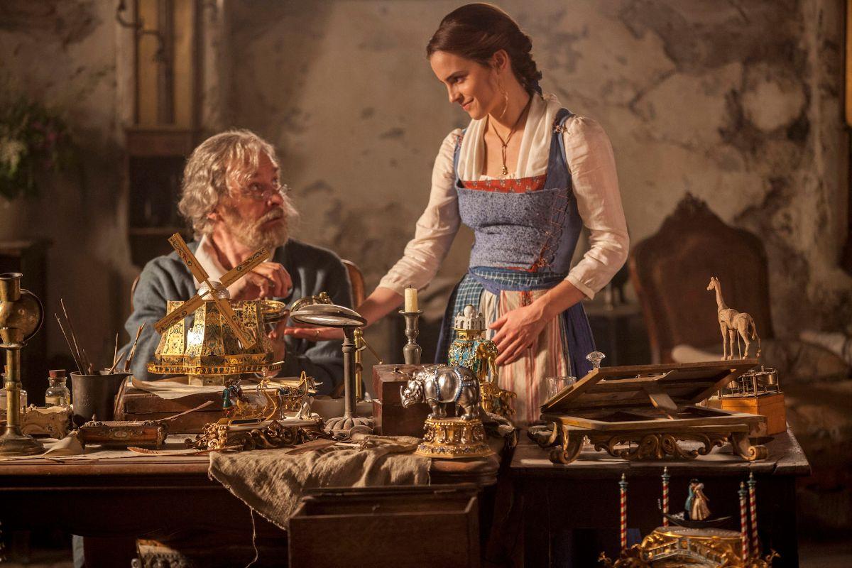 Bela conversa com seu pai, Maurice, enquanto ele constrói caixinhas de música (Foto: Divulgação/Disney)