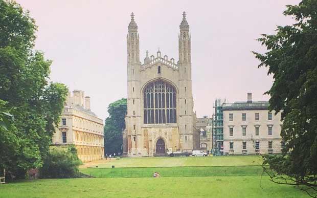 Esse é o King's College, uma das faculdades mais famosas de Cambridge. Ela foi fundada em 1441 e fica na King's Parade, uma rua bem central da cidade.
