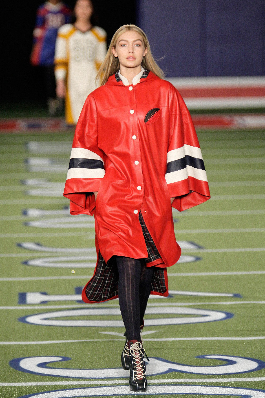"""Gigi Hadid usou poncho em desfile porque seu corpo não estava no """"padrão""""."""