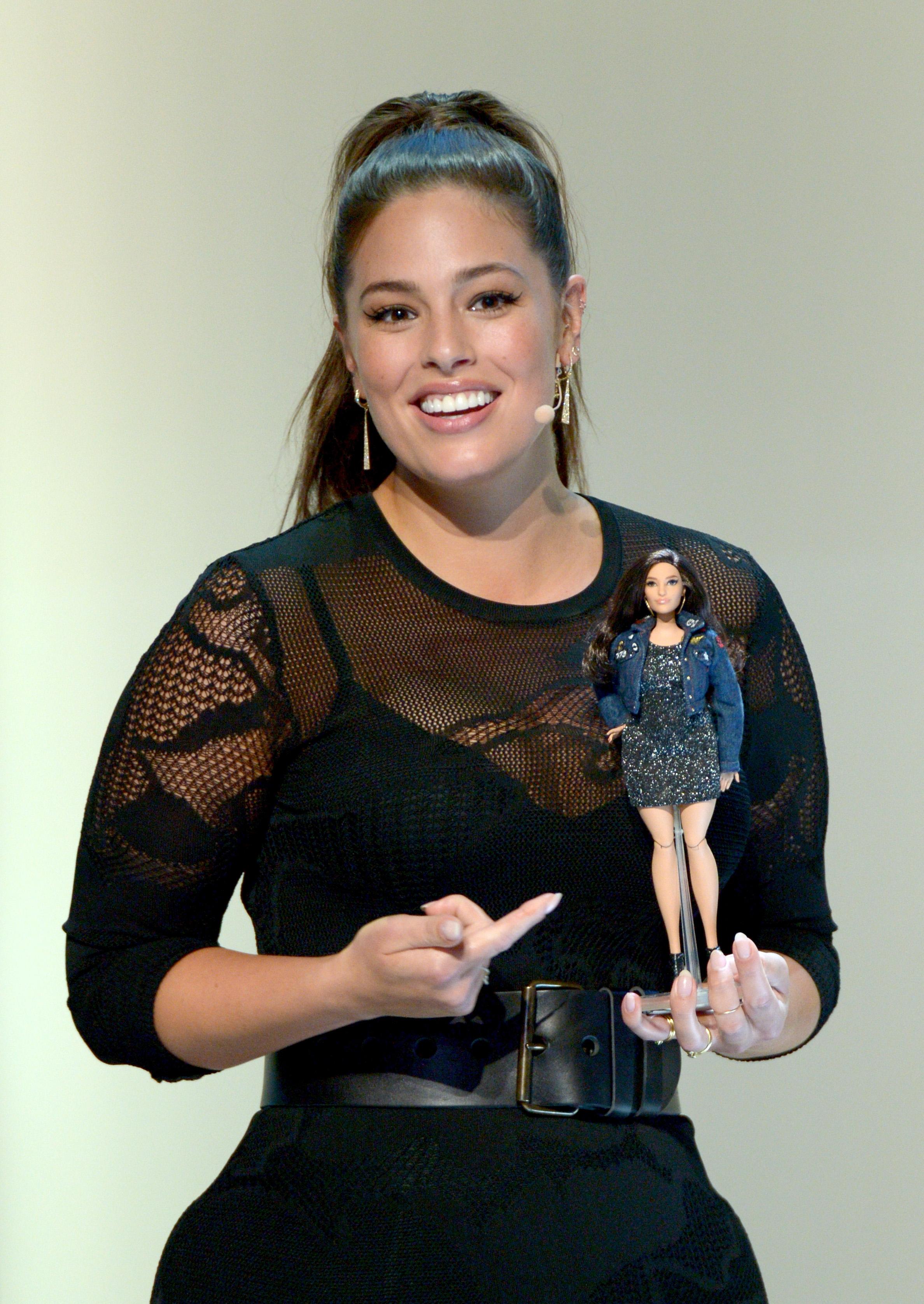 Ashley Graham, modelo plus size, ganhou versão da boneca Barbie!