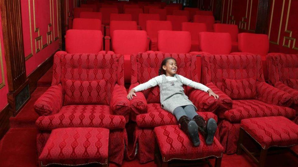 Sasha ficou felizona ao descobrir que poderia assistir a filmes em casa (Foto: Reprodução)