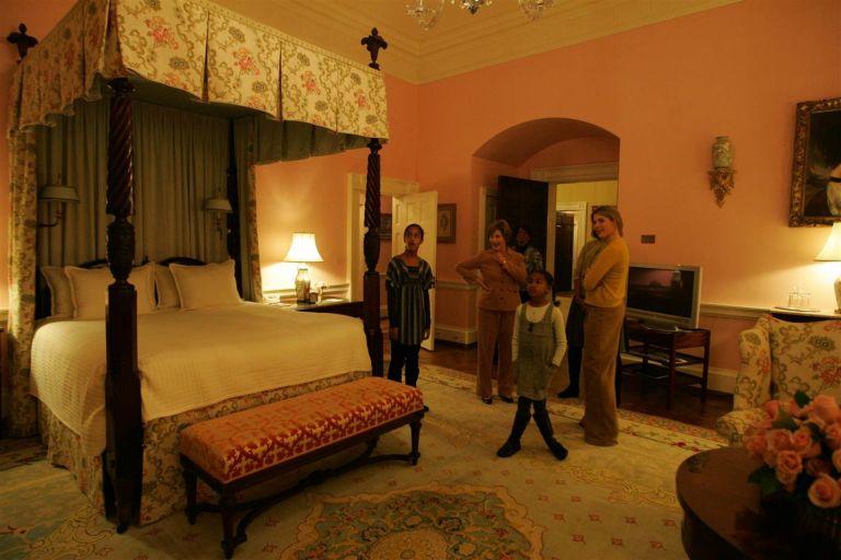 Sasha e Malia de queixo caído a conhecer um dos quartos da Casa Branca (Foto: Reprodução)
