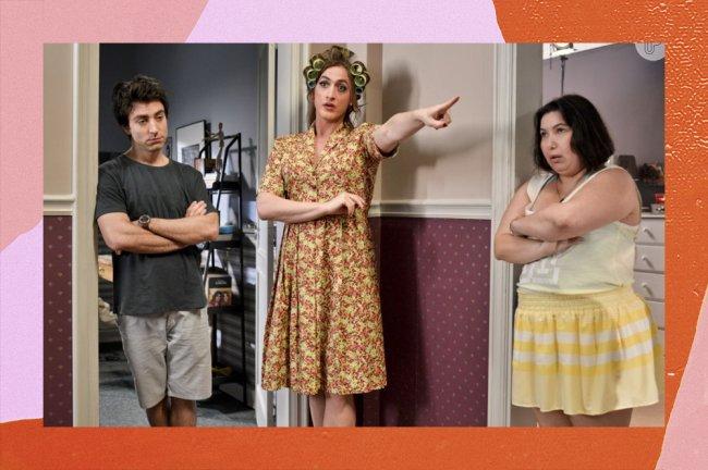Dona Hermínia, personagem de Paulo Gustavo, dando bronca nos dois filhos, encostada na porta, com o dedo em riste