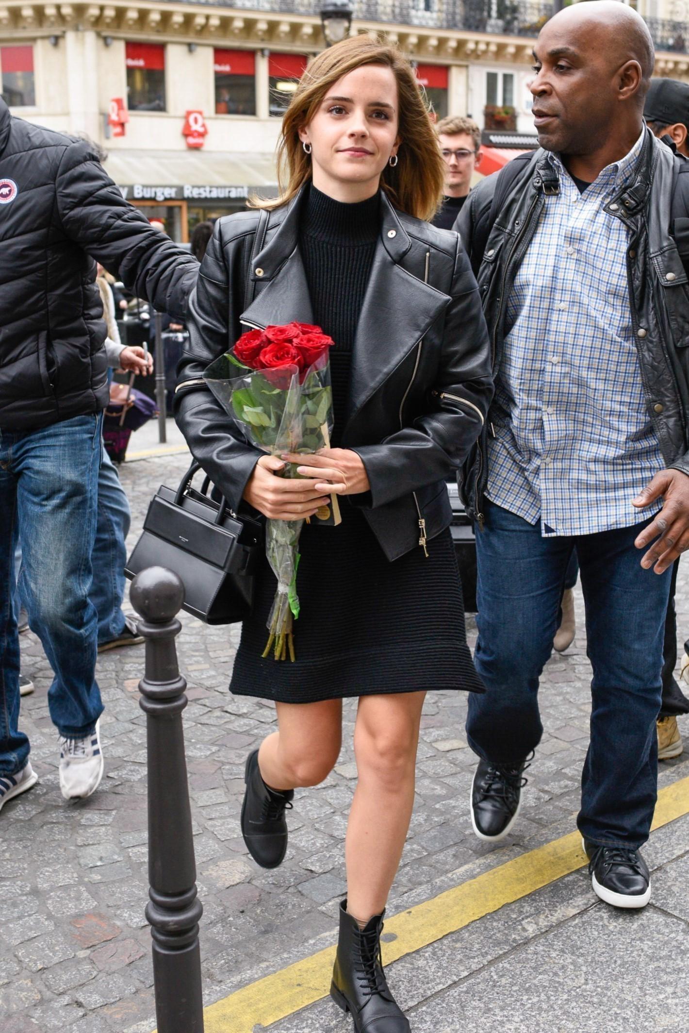 Emma Watson usando look all black