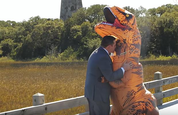 Noiva mita ao aparecer vestida de Tiranossauro Rex em casamento