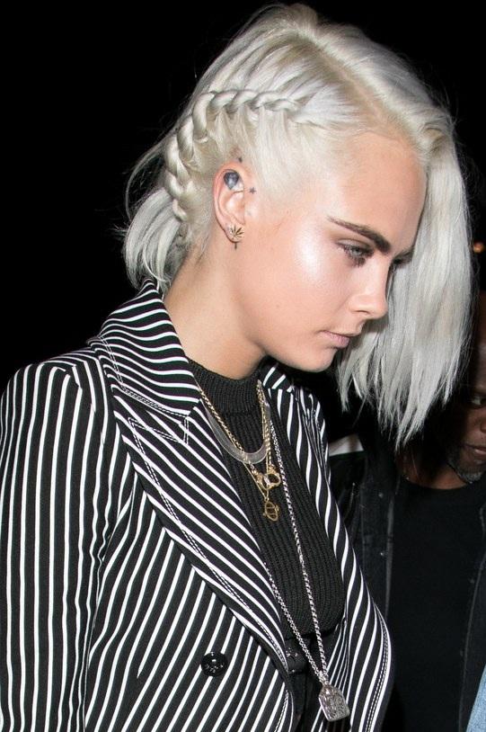 Cara Delevingne corta e platina o cabelo. Você viu que linda?