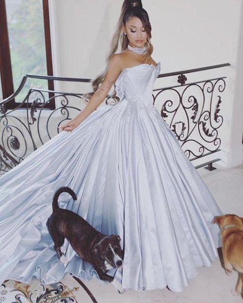 2019 - Lembra do look que Ariana quase usou no Grammy? Ela não compareceu à cerimônia, mas mesmo assim fez fotos posando com seu vestido incrível criado pelo estilista Zac Posen.
