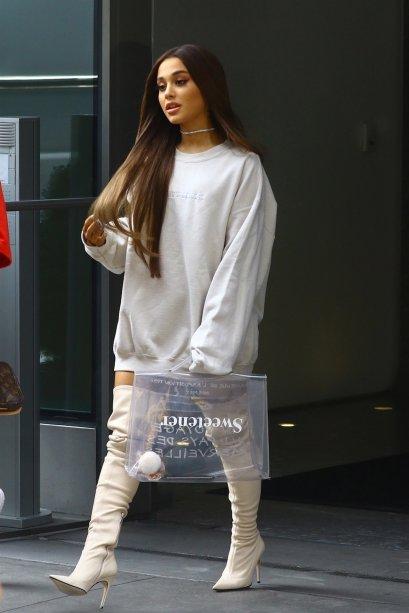 2018 - Esse foi o ano em que Ariana tornou o combo moletom oversized + bota over the knee sua marca oficial do street style!