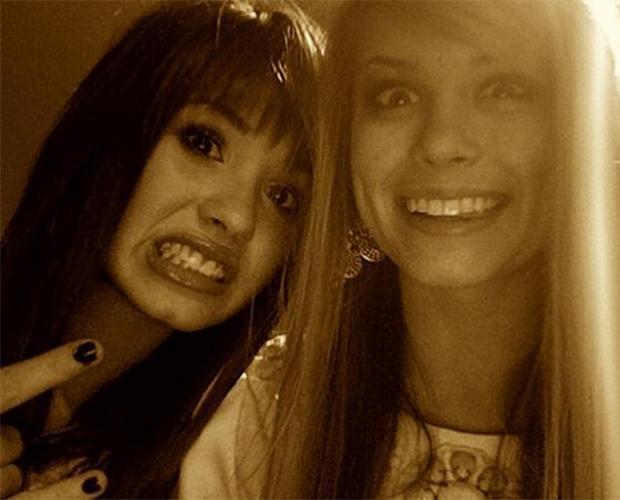 Sabia que a Demi Lovato e a Carlson Young eram melhores amigas?