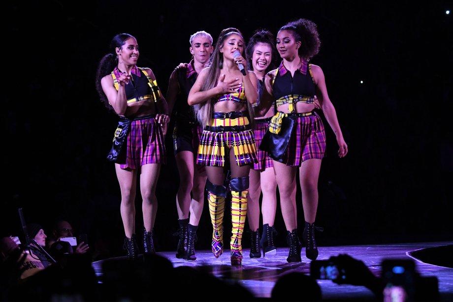 2019 - Na estreia da turnê, Ari apareceu no show bem na vibe Patricinha de Beverlly Hills (de novo) com esse visu aí!