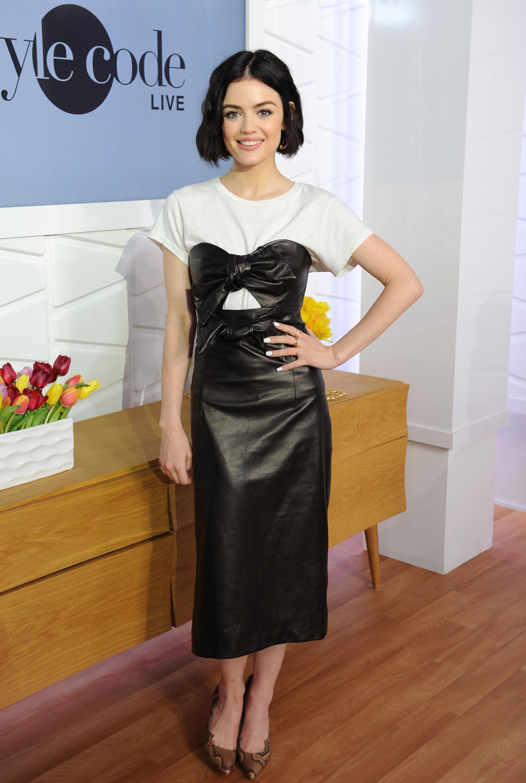 Lucy Hale-famosas-que-usam-camisetas-com-look-festa