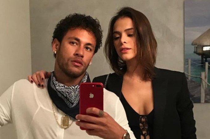 Neymar e Bruna Marquezine usam acessórios iguais