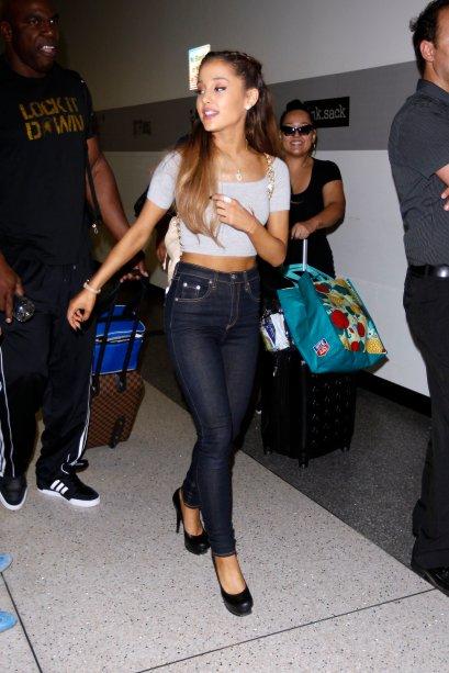 2014 - Momento street style, com jeans de cintura alta e cropped - incrível como esse look não sai de moda, né?