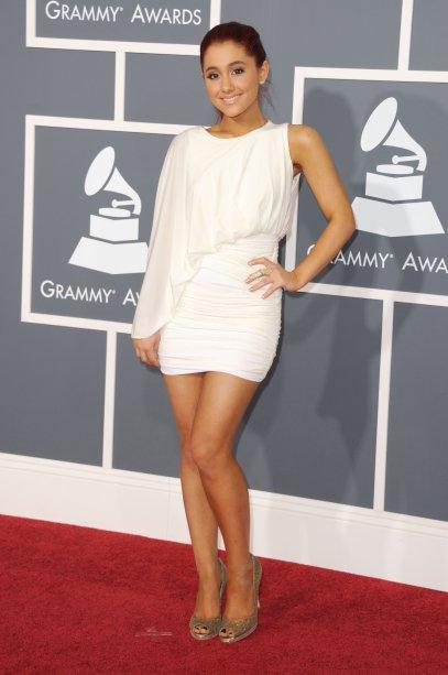 2011 - Para a cerimônia do Grammy, ela apostou em um vestido assimétrico, com só uma das mangas compridas, que era uma tendência bombada na época.