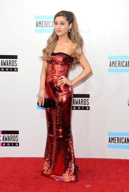 2013 - Lacre! Longo, vermelho e todinho bordado de paetês no red carpet doAmerican Music Awards.
