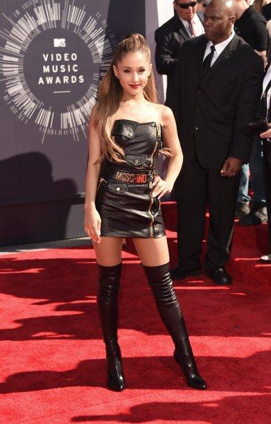 2014 - Wow! Este look doMTV Video Music Awards marcou uma mudança no estilo da cantora. Os vestidos florais com peep toes começaram a ficar de lado e, no lugar deles, looks pretinhos lacradores e muitas botas over the knee.