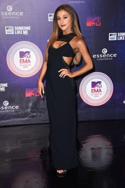 2014 - De cabelão solto e vestido longo preto noEMA's.